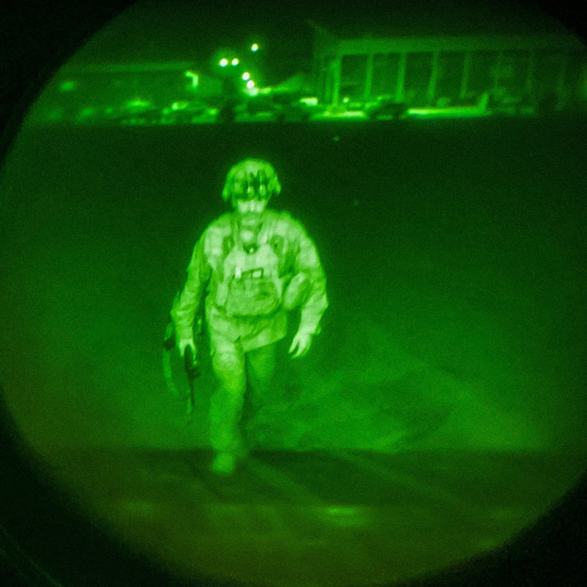 Thiếu tướng Christopher Donahue bước lên vận tải cơ C-17 rời khỏi sân bay Kabul, Afghanistan ngày 30/8. Ảnh: USCENTCOM.