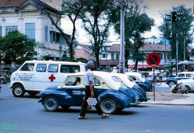 Người đàn ông bάn Chà Và trên đường Nguyễn Huệ, vào khoἀng cuối thập niên 1960, đầu những nᾰm 1970.