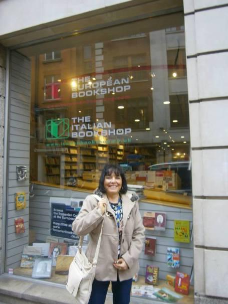 Sono davanti all'ingresso della Italian & European Library di Londra. Sono in catalogo due miei libri, Nessun segno sulla Neve e Un'Ombra sul Fiume Merrimack.