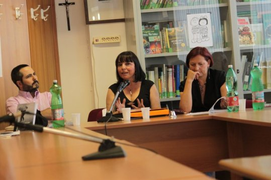 Alla mia sinistra la prof.ssa Velia Ceccarelli, che ha presentato me e il mio libro. Alla mia destra il critico Fabio Sajeva.