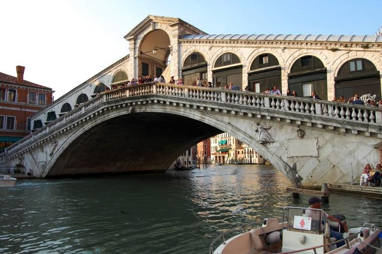 ponte de rialto - grande canal - veneza - itália - turismo