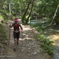 persona che cammina alla 100km del caribe