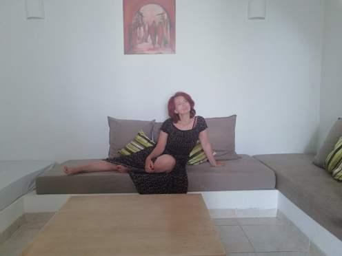 dove soggiornare a Djerba: donna sul divano di un appartamento de Les jardins de Toumana
