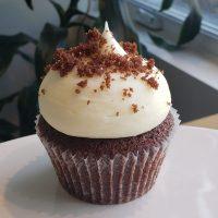 Cupcake au chocolat avec glaçage fromage à la crème.