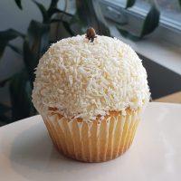 Cupcake vanille avec glaçage à la noix de coco.