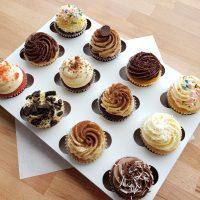 Boîte blanche avec douze cupcakes