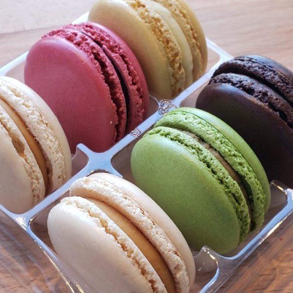 Boîte classique avec 2 Caramel, 1 Chocolat, 1 Vanille, 1 Pistache, and 1 Framboise.
