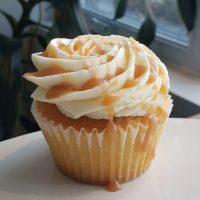 Cupcake à la vanille avec caramel fleur de sel a l'interieur et glaçage a la vanille