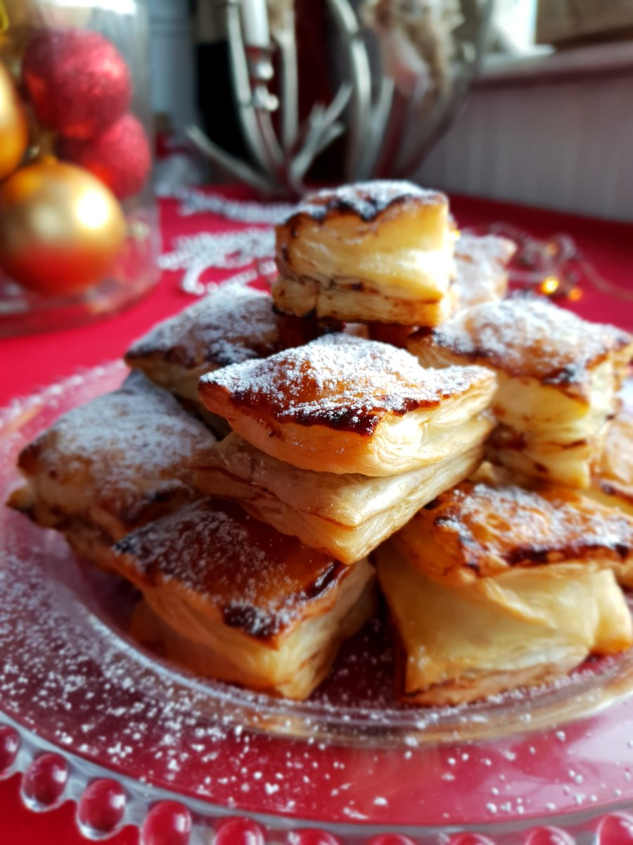 mincemeat parcels dusted with icing sugar