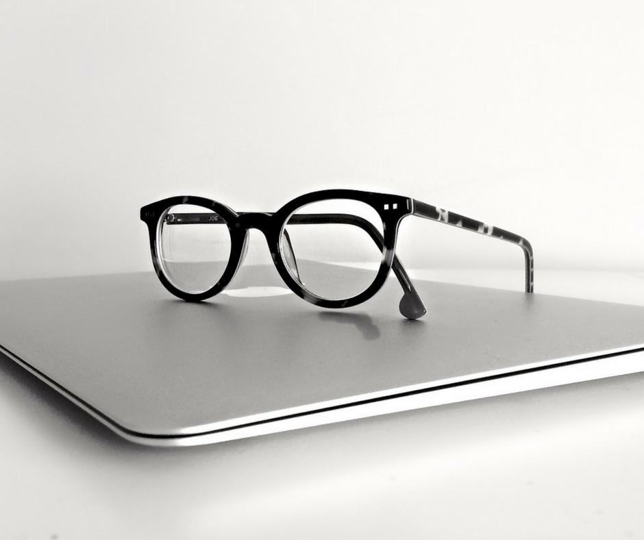 notebook e óculos