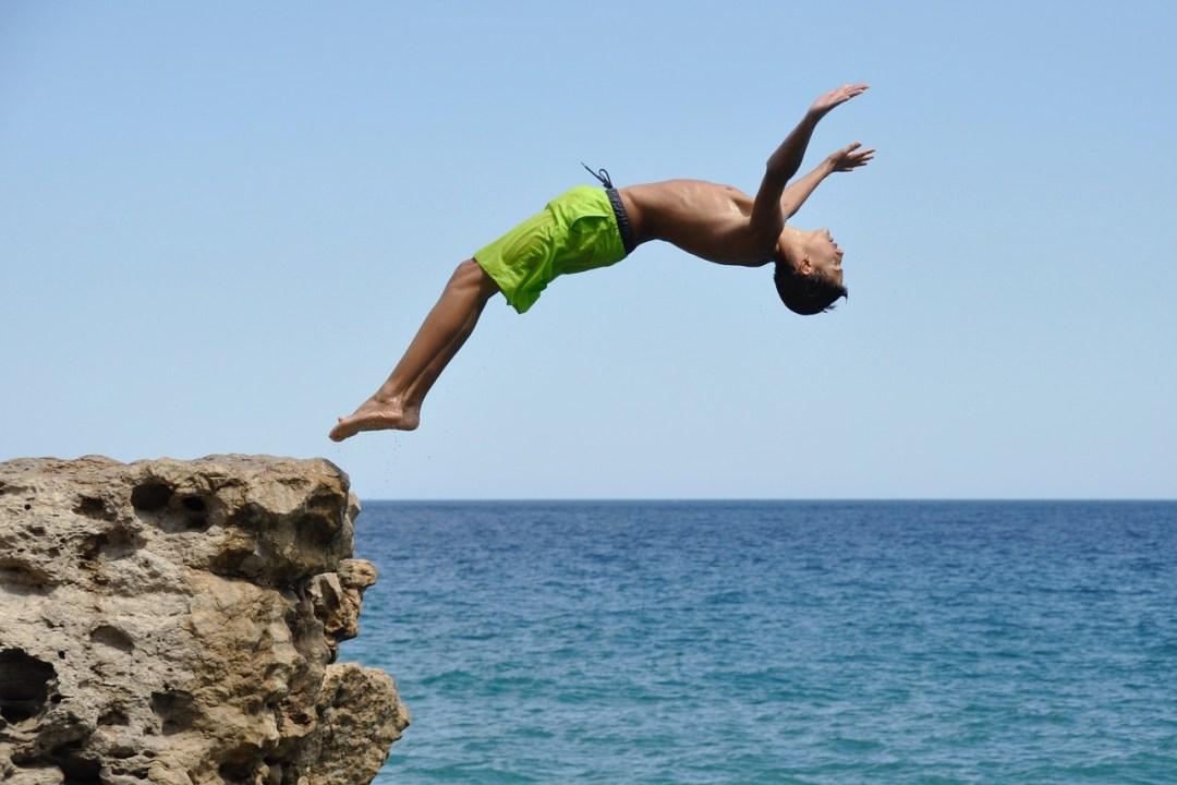 homem mergulhando