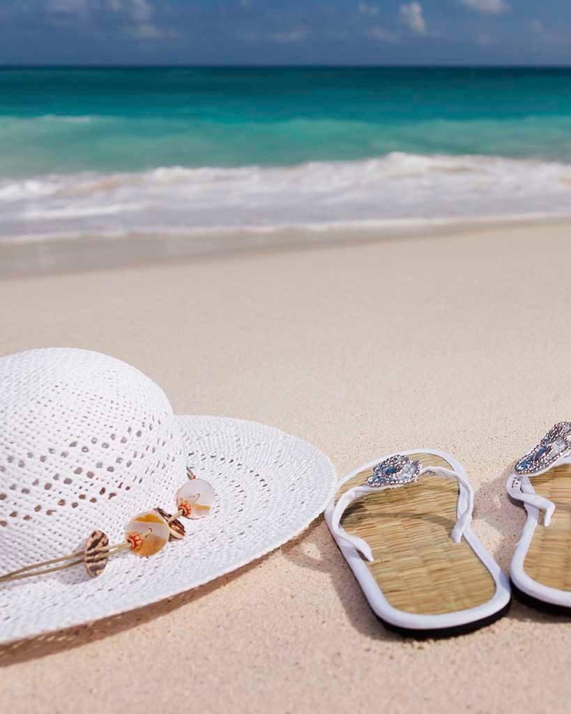 chapéu e chinelos