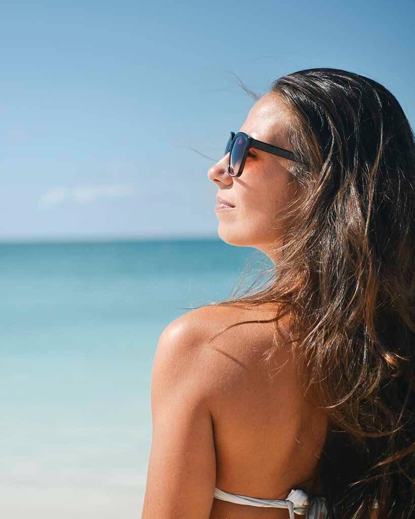 proteção solar e vitamina D mulher de óculos