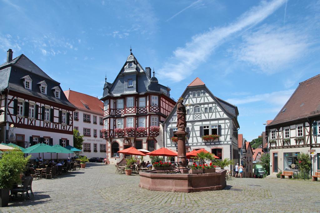 Duft-Reisende – Der Brunnen auf dem Marktplatz mit der Liebigapotheke im Hintergrund