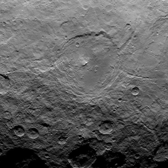 Curioso cráter repleto de estructuras geológicas (NASA/JPL-Caltech/UCLA/MPS/DLR/IDA).