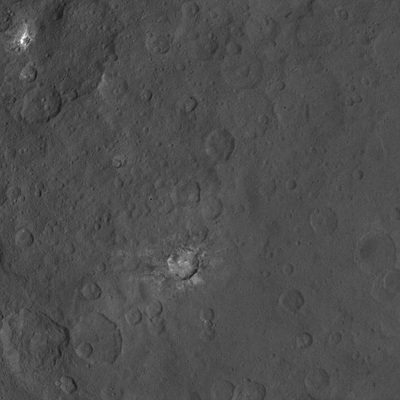 Otros cráteres con manchas blancas vistos por Dawn el 9 de junio (NASA/JPL-Caltech/UCLA/MPS/DLR/IDA).