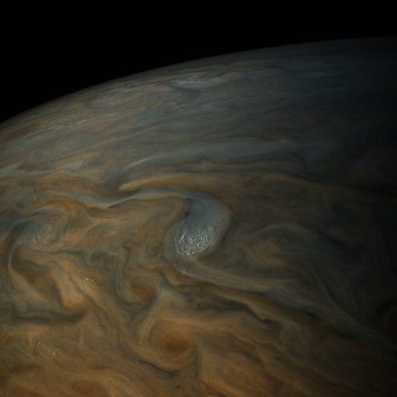 Más nubes altas proyectando sombra (NASA/SWRI/MSSS/Gerald Eichstadt/Sean Doran).