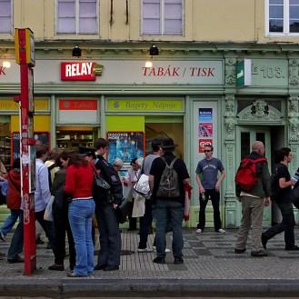 Arret de bus à Prague en Tchécoslovaquie