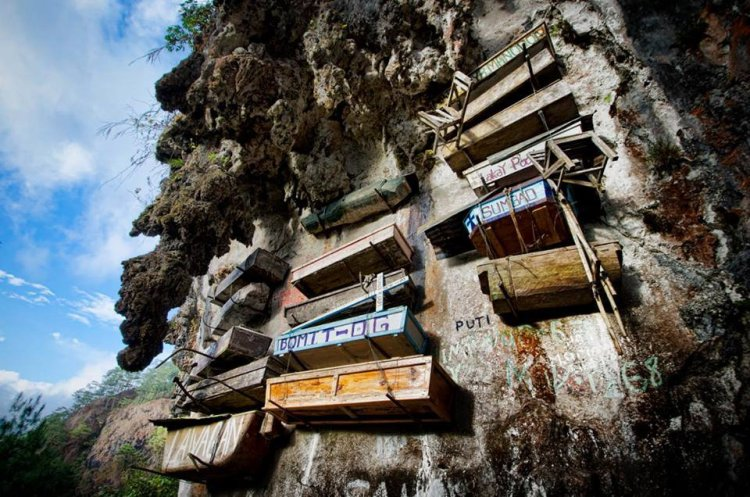 Hanging Coffins at Echo Valley. One of the tourist spots in Sagada.
