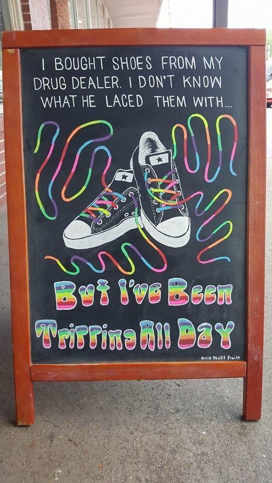 artist-helps-bar-creative-chalk-sings-1