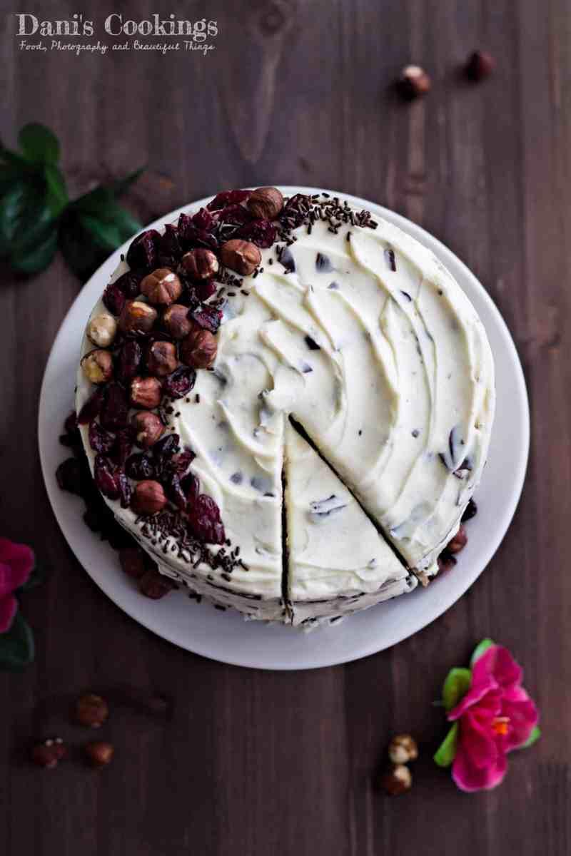 [:en]Hazelnut Cake with Stracciatella Frosting and Dried Cranberries[:bg]Лешникова торта с крем страчатела и сушени боровинки[:]