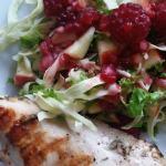 Grillet kylling med kålsalat af spidskål, grønkål, æble og hindbær med hjemmelavet hindbærdressing. Find flere opskrifter og inspiration på danishthings.com (Recipe in Danish)