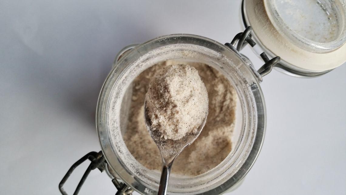 Vanilje x 3 - hjemmelavet vaniljesukker, vaniljesirup og vaniljeekstrakt. Nemme og lækre alternativer til de købte udgaver – og du ved selv, hvad der er i af ingredienser. Find opskrifterne, gratis download, print og inspiration til årets gang på danishthings.com.