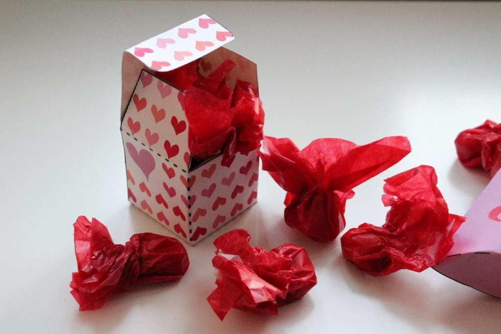 Valentine - KÆRLIGHED, er en ting, der er ikke kun skal vises en dag - den skal vises hele året. Her finder du gratis kort og æsker til print og forslag til kager mm. Find opskrifter og inspiration til årets gang på danishthings.com - love - Gaveæsker til bryllup - Free giftboxes - text in danish