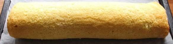 Svigermors Citronroulade – en frisk fnuglet roulade med fyld af en let og luftig citroncreme - find opskriften på danishthings.com © Christel Danish Things