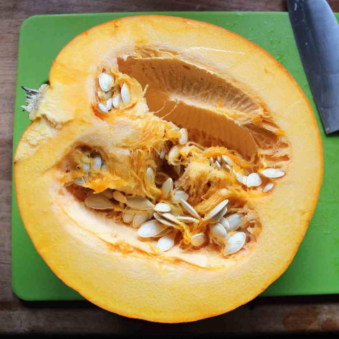Lav din egen græskarpuré til supper og kager. Find opskrifterne på hjemmelavet græskarpuré og sprøde græskarkerner på danishthings.com