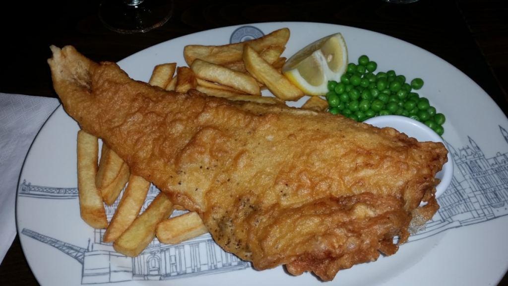 London Fish & Chips – lav lange, torsk, sej, kuller eller en anden type hvid torskefisk med sprød nøddecrumble, sprøde pommes frites eller ovnkartofler og grov ærtepuré – find opskrifter og inspiration på danishthings.com