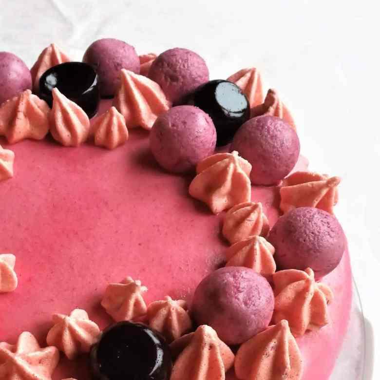 Hindbær-brombær lagkage, lakridsmarengs, lakridsmandler, røde blomster, gaver til fødselsdagen eller festen - find opskrifter, gratis print og inspiration til årets gang på danishthings.com #danishthings #hindbær #brombær #lagkage #fødselsdag