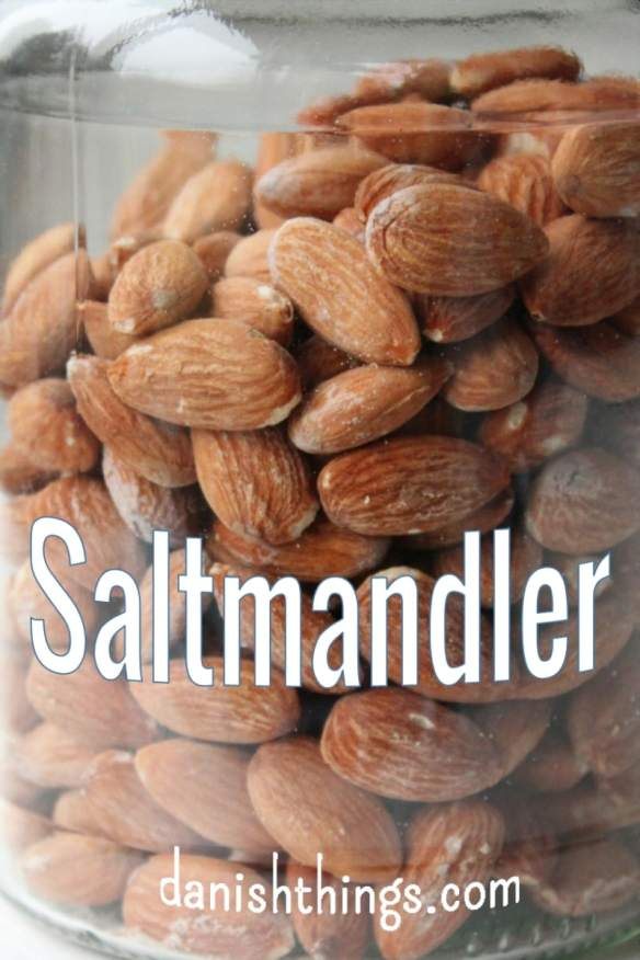 Saltmandler, saltede mandler eller salte mandler er en klassisk snack, der kan spises året rundt. De er lette at lave – heldigvis, for de er vanedannende 🙂 Find opskrifter, print og inspiration til hverdag og fest på danishthings.com