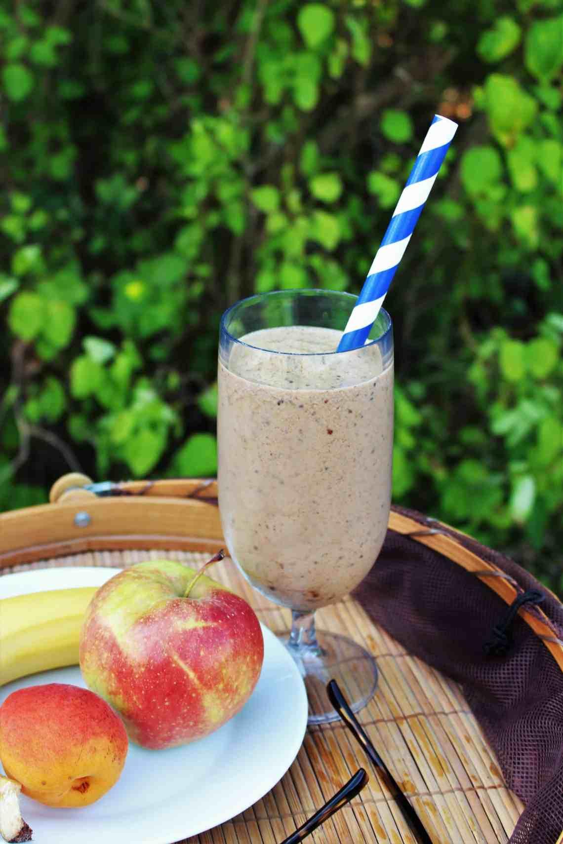 Morgenmadssmoothie - iskaffe med chiafrø eller en sundere isdessert. Jeg har fundet opskriften på den bedste chia-kaffesmoothie, eller smoothie bowl, sødet med dadler. Om morgen laver du en velsmagende morgenkaffe smoothie, eller smoothie bowl, med lækker topping - en morgenmad du også kan ta' med. Du kan også lave smoothien som snack eller som en sundere dessert. Nyd den med god samvittighed, for chia-kaffesmoothien er fyldt med gode sager. Find opskriften på danishthings.com #danishthings #smoothie #smoothie-bowl #smoothieis #chia #kaffe #dadler #morgenmad #dessert #iskaffe #is
