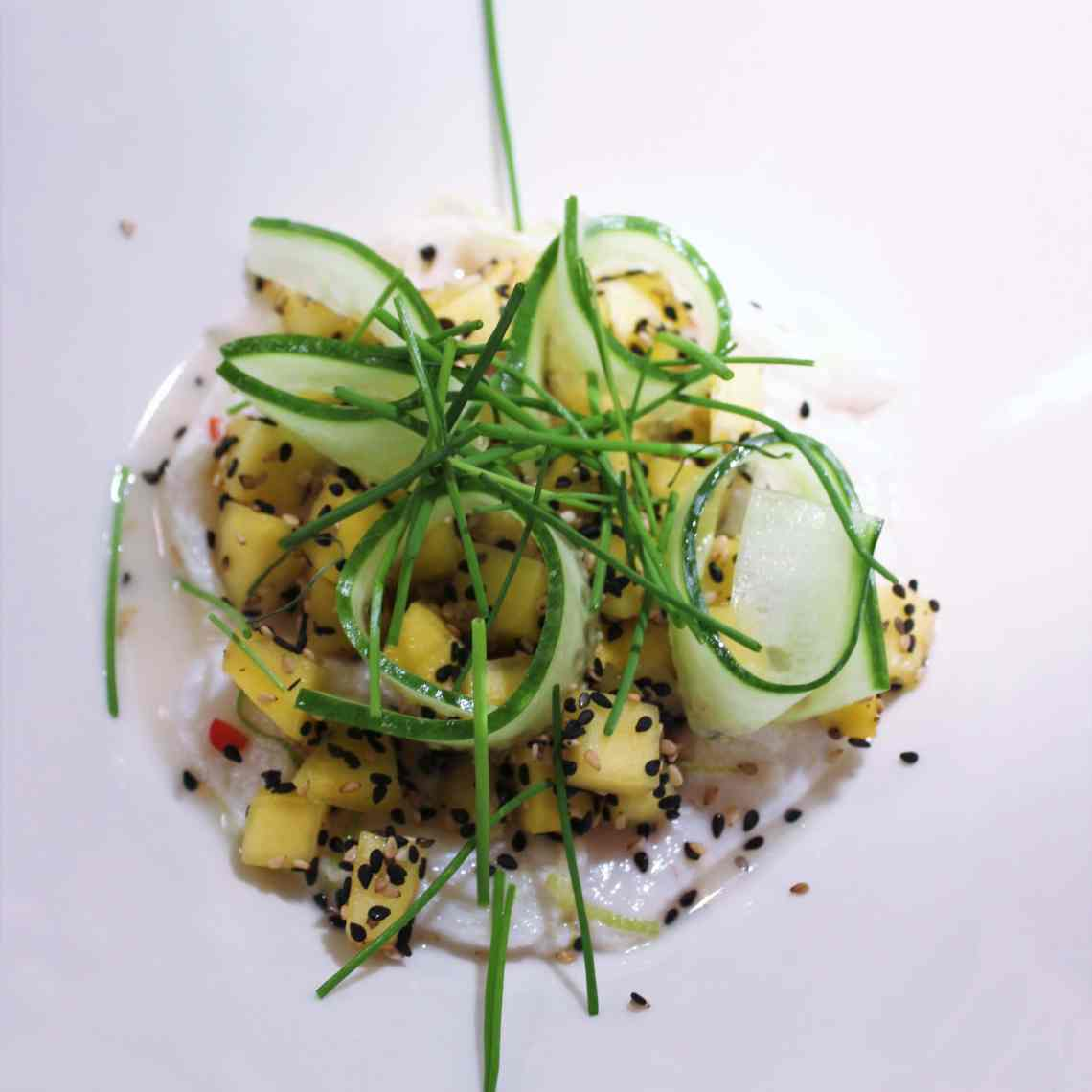 Ceviche - lime og æble marineret torsk med mango og agurke crudité. Lækker forret til nytår og andre fester – find opskriften, gratis download, print og inspiration til årets gang på danishthings.com