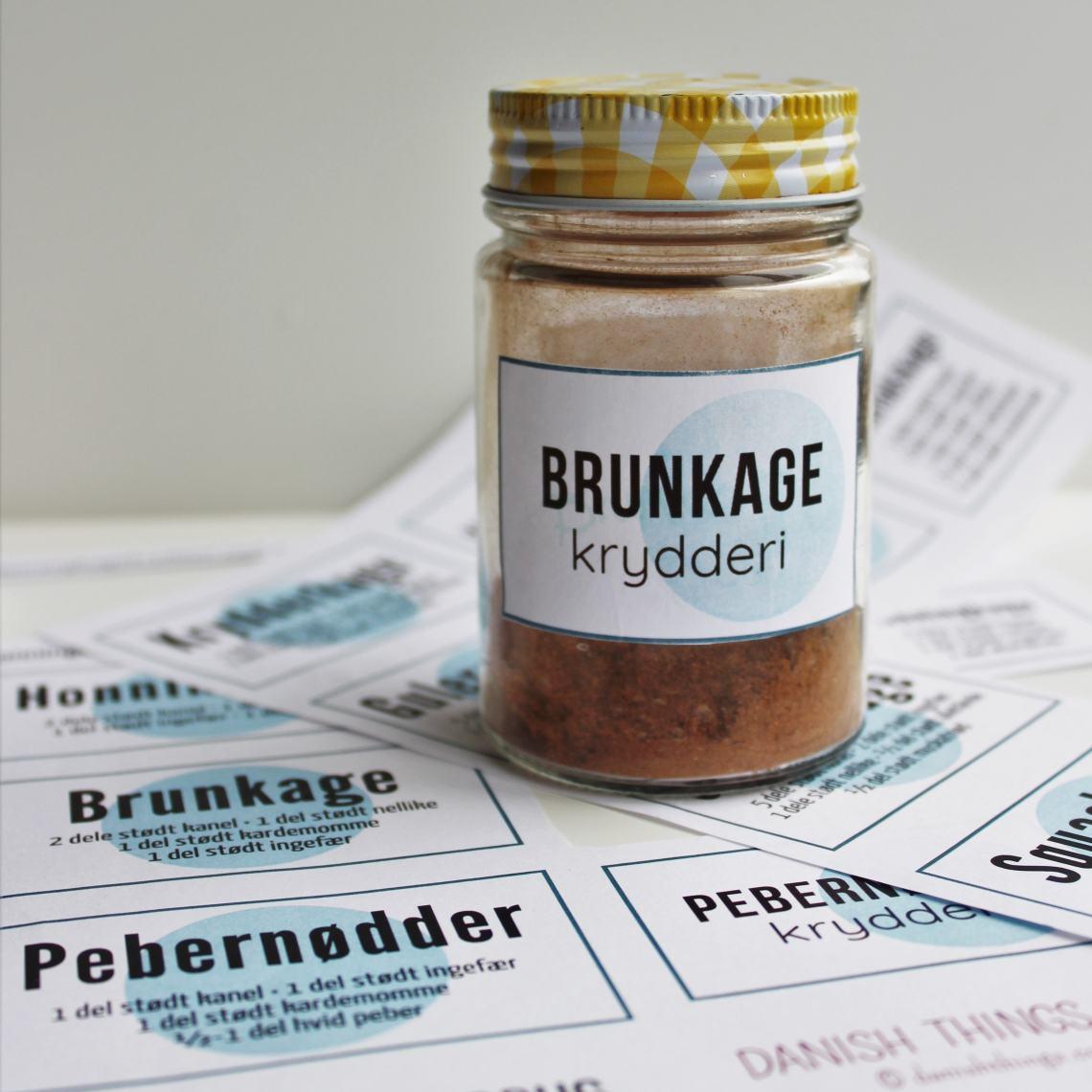 6 krydderiblandinger til kager og småkager og meget mere + labels. Lav dine egne krydderiblandinger til: honningkager, pebernødder, peberkager, brunkager, krydderkage, gulerodskage, græskarkage og squashkage - print de tilhørende labels. Find opskrifter, gratis print til download og inspiration til årets gang på danishthings.com #danishthings #kagekrydderi #honningkager #pebernødder #peberkager #brunkager #krydderkage #gulerodskage #græskarkage #squashkage #krydderiblanding #lav-selv-kagekrydderi