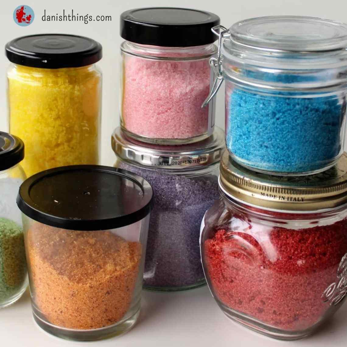 Sådan laver du farvet sukker, farvede sukkerkrystaller og sukker med smag. Her får du et par nemme opskrifter på sukker med naturlig eller kunstig smag og farve. Du får også inspiration til, hvor du kan bruge sukkerkrystallerne. Find andre opskrifter og inspiration til årets gang på danishthings.com