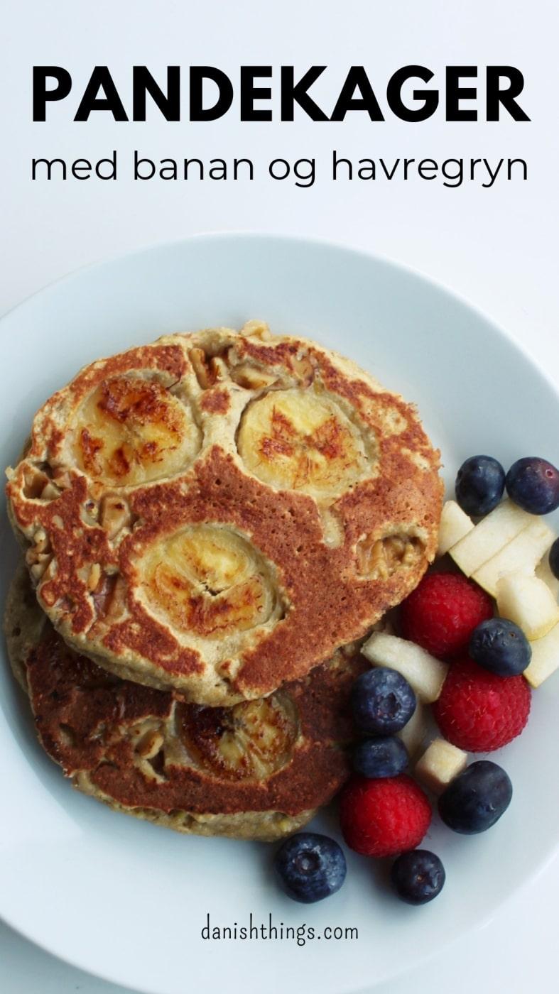 """""""Her får du opskriften på lækre tykke bananpandekager - helt uden sukker og mel. Amerikanske pandekager af bananer, æg og havregryn - her får du favoritudgaven med bananskiver og hakkede valnødder, du kan også lave dine bananpandekager med bær, frugt eller uden fyld. Pandekagerne er gode som morgenmad, snacks til madpakken og sund dessert. Find opskrifter, gratis print og inspiration til årets gang på danishthings.com."""