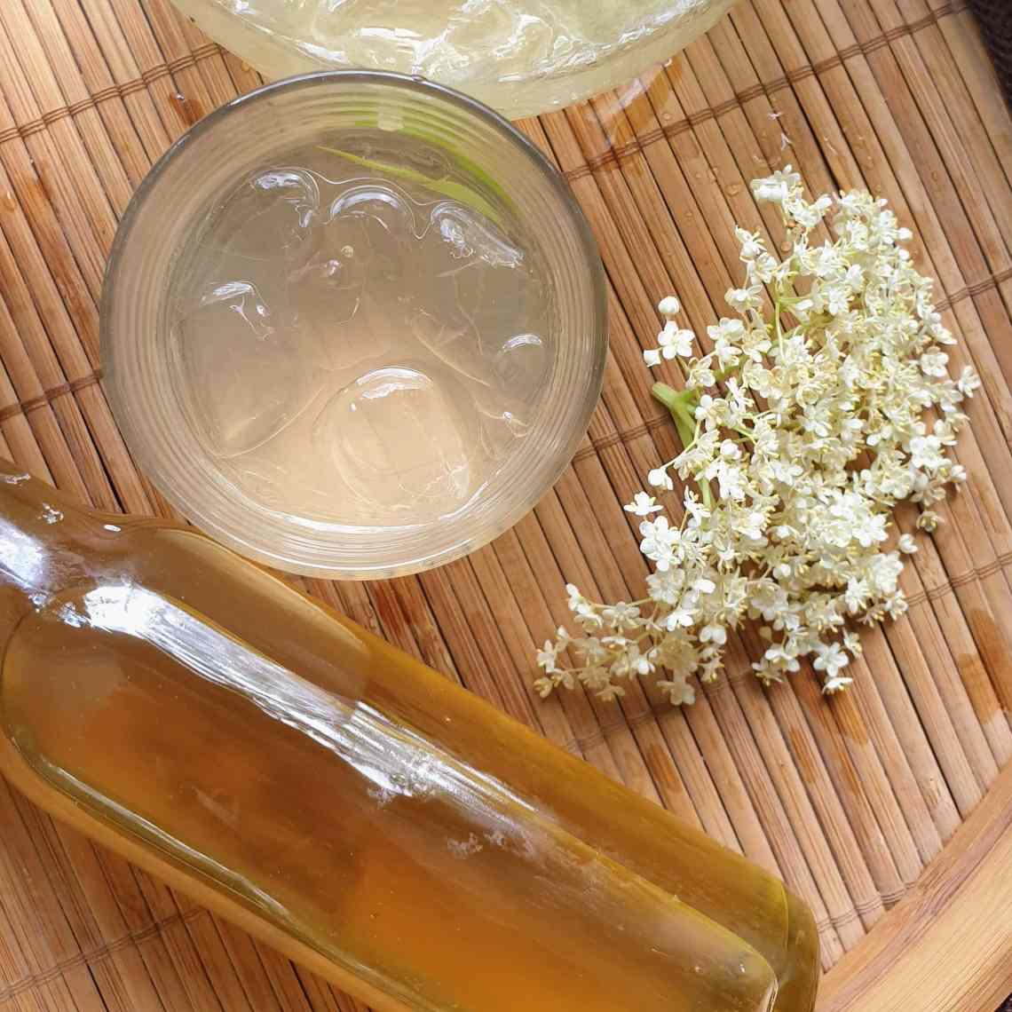 Lav din egen hyldeblomstsaft – med eller uden sukker. Brug den som saftevand, i drinks, lav hyldeblomstsirup eller sorbet, du finder opskrifter og inspiration på danishthings.com