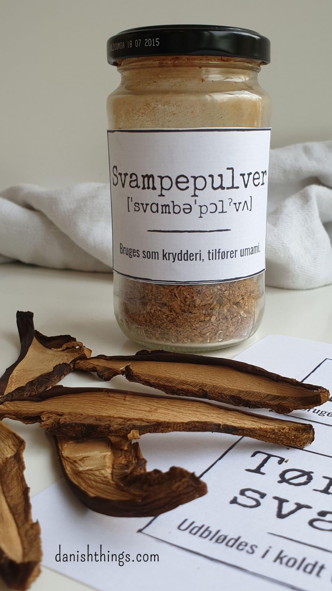 Sådan laver du tørrede svampe. Efterår er svampetid – tør dine svampe og gem dem til senere. Lav et svampepulver, som tilfører masser af umami til dine vegetarretter. Find opskrifter og inspiration til årets gang på danishthings.com