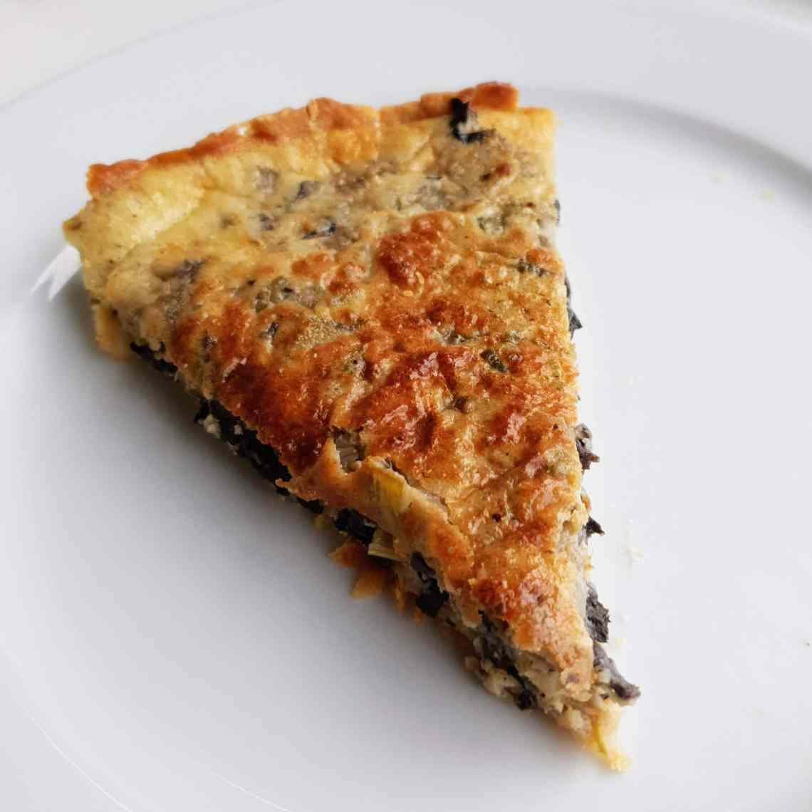Svampe-porretærte - tærte med svampe og porre. Efterår er svampetid, find selv svampe i skoven - eller i grøntafdelingen, og lav en lækker svampe-porretærte. Super god vegetarret til aftensmad, frokost eller brunch. Find opskrifter, gratis print og inspiration til årets gang på danishthings.com #DanishThings #svampe #parykblækhat #trompetsvampe #champignon #portobello #karljohan #rørhat #kantareller #spisesvampe #svampetærte #svampe-porretærte #svampesauce #efterår #lækkert #umami