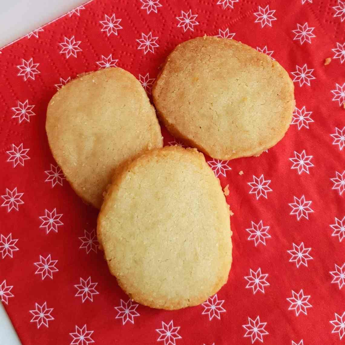 Specier, en lækker og sprød småkage. En klassiker på det danske kaffebord - og til jul. Find opskriften, gratis download, print og inspiration til årets gang på danishthings.com