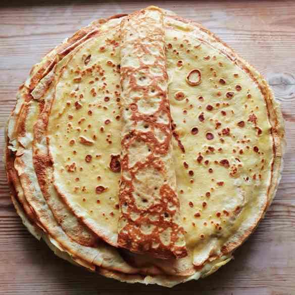 Verdens bedste pandekager. Her får du opskriften på lækre tynde pandekager - med citron eller appelsin. Klassiske danske pandekager. Pandekagerne er gode til brunch, eftermiddags hygge og dessert. Find opskrifter, gratis print og inspiration til årets gang på danishthings.com. #pandekager #verdensbedste #tyndepandekager #pandekagedag #hvidetirsdag