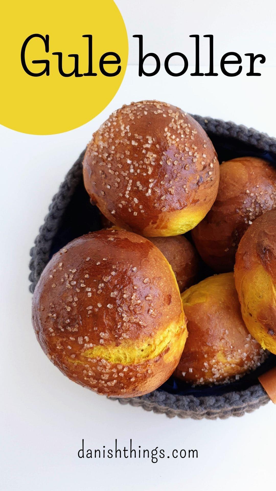 Lækre gule boller – fnuglette solskins teboller. Her får du opskriften på en solskinsgul bolle, som kan spises året rundt. Solskinsbollerne er krydret med kanel, gurkemeje og appelsinmarmelade. Den fugtige dej, gør at bollerne bliver fnuglette. Spis dine gule boller til morgenmad, fødselsdag eller til din eftermiddagskaffe/-te.   morgenmad, fødselsdag eller som boller til din eftermiddagskaffe/-te.  Find opskrifter, gratis print og inspiration til årets gang på danishthings.com #DanishThings #boller #gule #påske #jul #fødselsdag #teboller #luftige #fnuglette