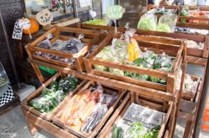 管理棟の地元野菜販売