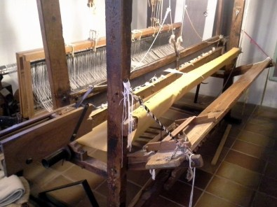 A flying shuttle loom.