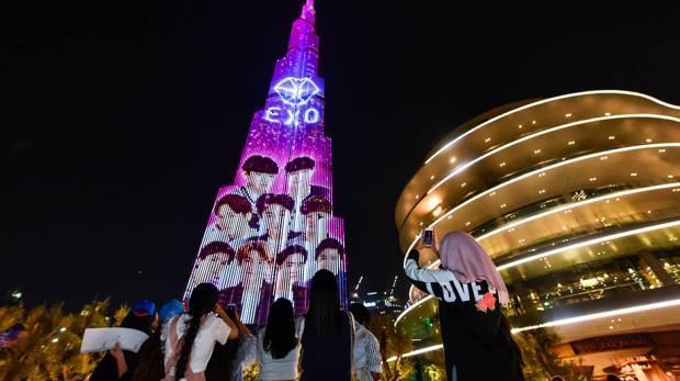 多くのファンがEXO LEDを見るために駆けつけた。