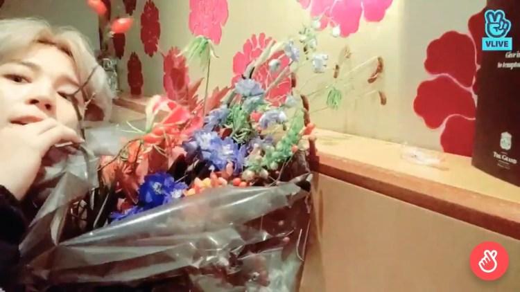 父からプレゼントされた花束をファンに紹介するジミン