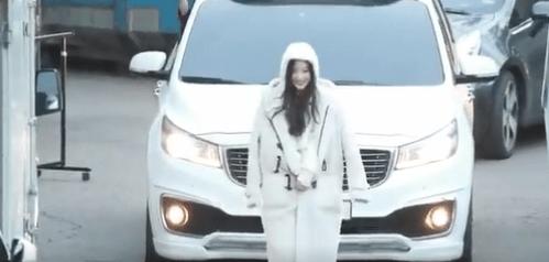 車の前を歩きながら笑みを浮かべるチェヨン...