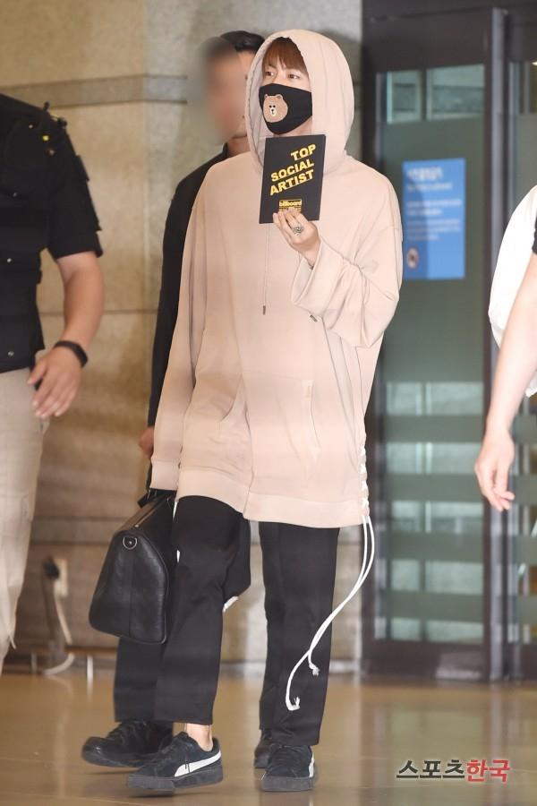 BTS 空港 ファッション jin